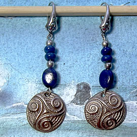 y61a0-019 Celtic Earrings  little triskel in white bronze with  lapis lazuli beads