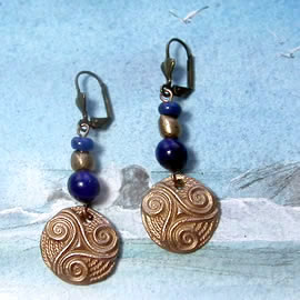 y62a0-017 Celtic Earrings  little triskel in yellow bronze with  lapis lazuli beads