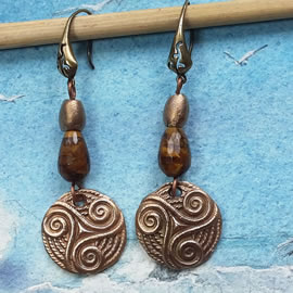 y62a0-031 Celtic Earrings yellow bronze triskel+tiger eye  beads