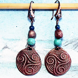 y63a0-015 Celtic Earrings  little triskel in copper with azurit and teinted howlite