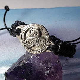 y71b-004 Bracelet triskelion in white bronze +black macrame leather