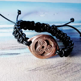 y73b-006 Bracelet triskelion in copper+black macrame leather