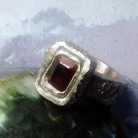 z92a-028 Unisex bronze ring for man or woman, middleage style + real rectangular garnet