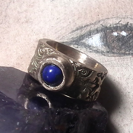 z91a-029 Unisex medieval-renaissance ring  bronze (gold colour or silvercolor)+ lapis lazu