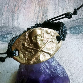 q7209-005 Gothic-destroy/Neo Archeological bracelet : golden bronze skull, leather macrame